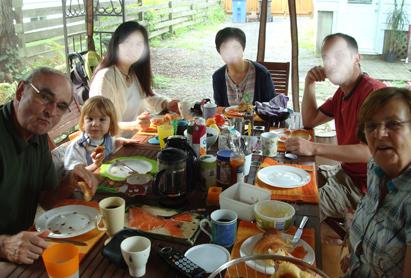 0811庭で朝食.JPG