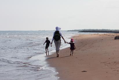 0814散歩する親子.jpg